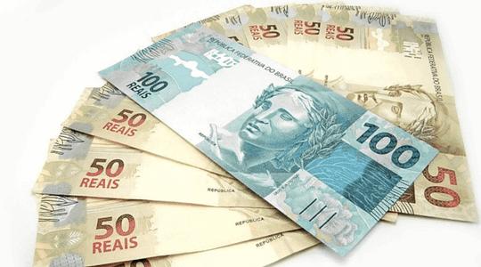 notas de cinquenta reais e cem reais em leque