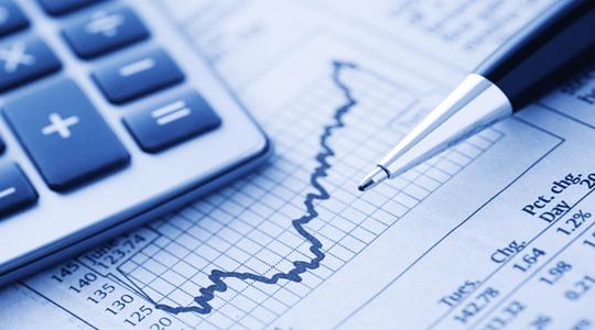 calculadora sob uma pagina de jornal com um gráfico subindo com a ponta de uma caneta apontada