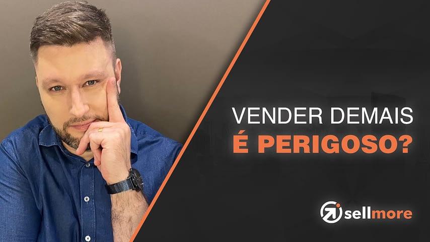 homem com mão apoiada no rosto com dedo indicador levantado com expressão de dúvida, trajando camisa azul, com o título Vender mais é perigoso?