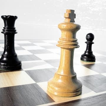 tabuleiro de xadrez com rei branco em check mate e torre e peão preto